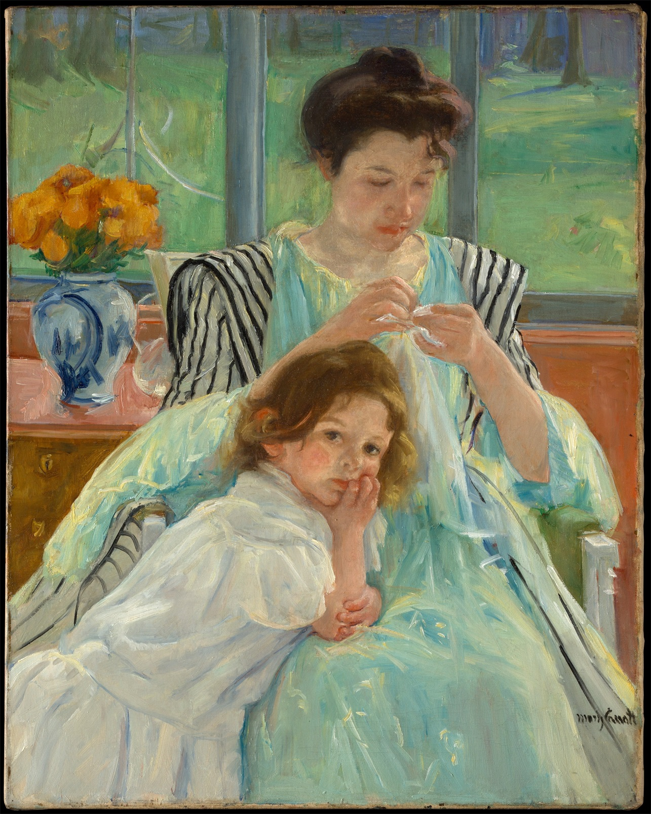 缝纫的年轻母亲
